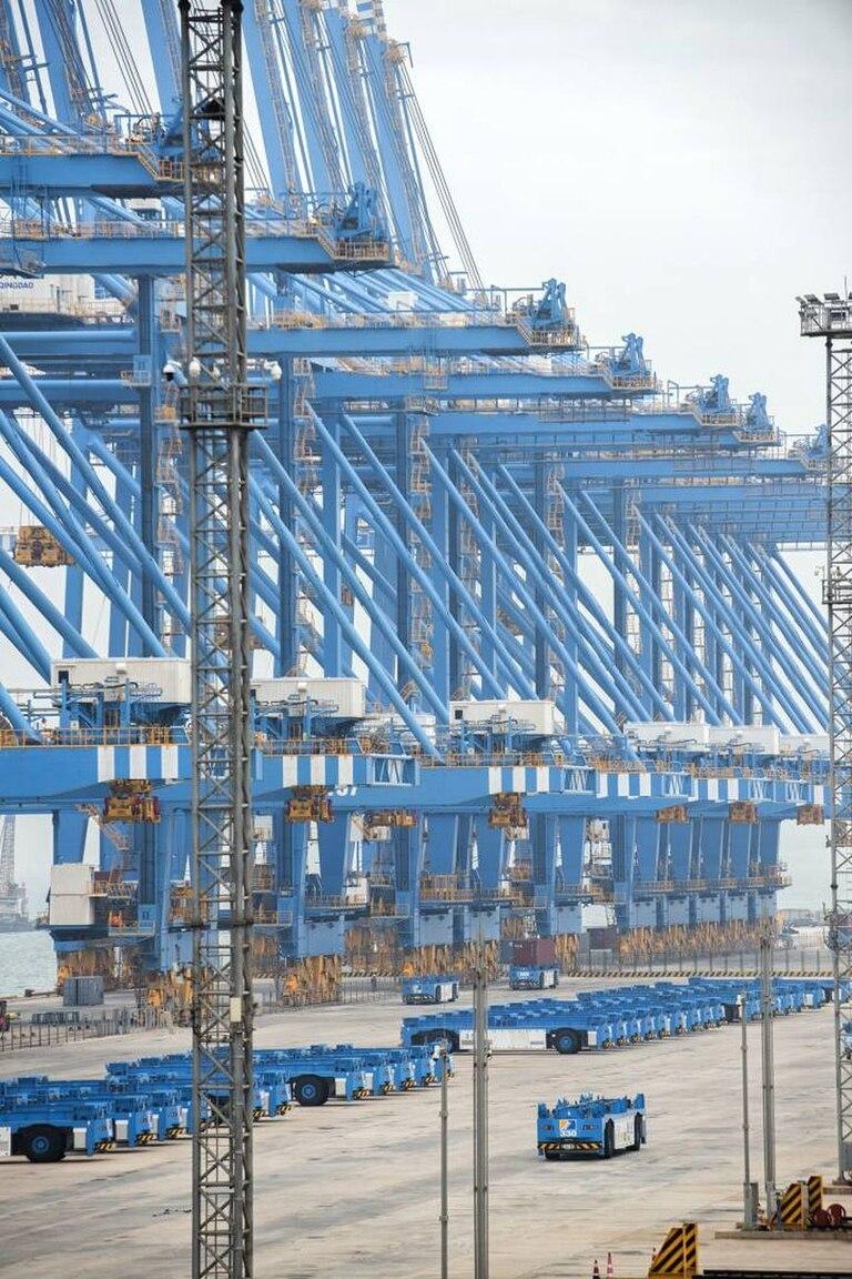 Una vista del puerto robotizado de Qingdao