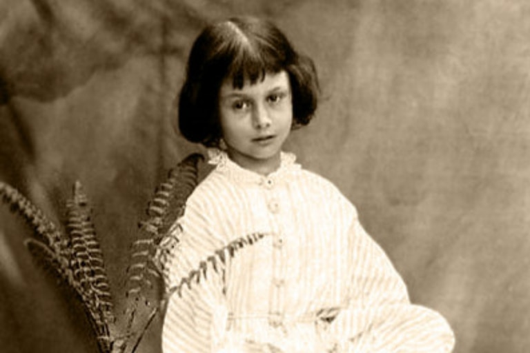 Alice Liddell, retratada en esta imagen por Charles Dodgson, fue quien inspiro al autor a escribir Alicia en el país de las maravillas