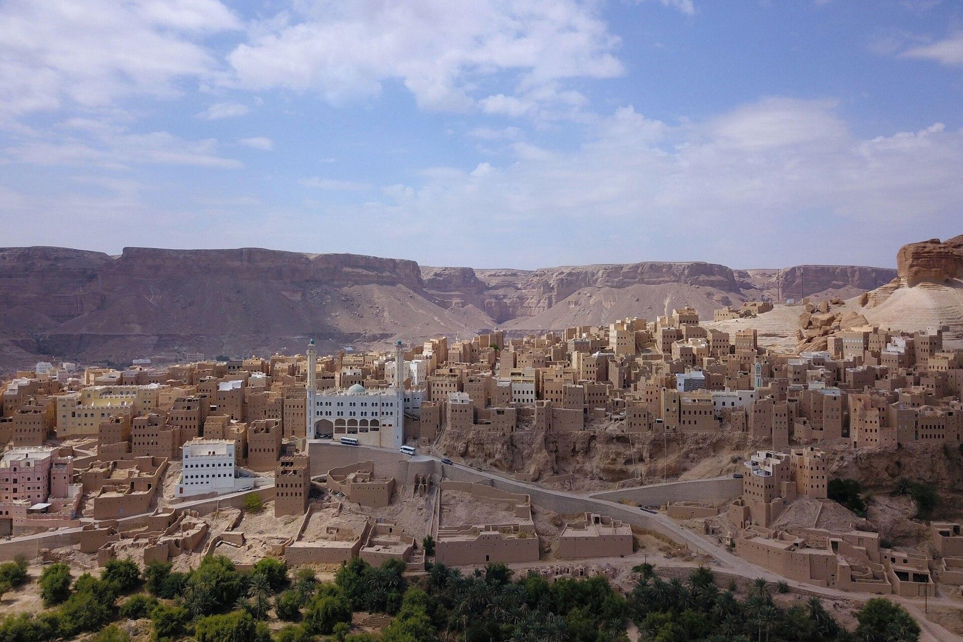 A 55 km al este de Shibam, se encuentra la ciudad de Tarim, que era el centro teológico y universitario de Hadramut
