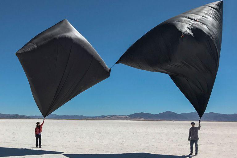 Esculturas aerosolares que integran el proyecto Aerocene, en el norte argentino