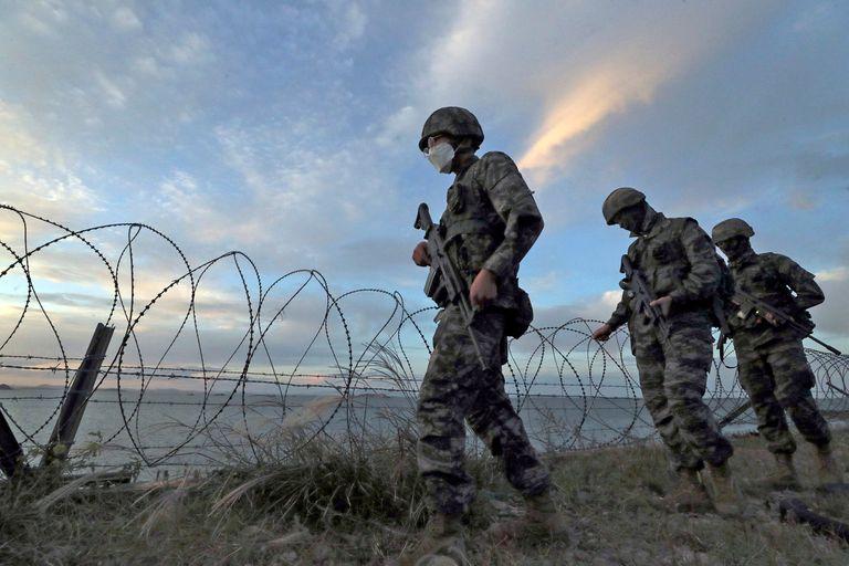 Marines surcoreanos patrullan en la isla Yeonpyeong, Corea del Sur.