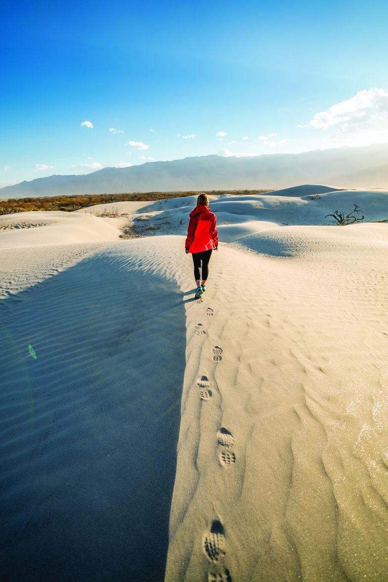 Mientras vas recorriendo, podés observar la huella de tus pasos y cuando levantás la mirada, la blanca inmensidad se pierde en el horizonte y se fusiona con las nubes.