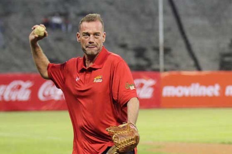 Néstor Che García, en una invitación para hacer el lanzamiento inicial en un partido de béisbol en Venezuela, donde lo idolatran por la revolución que generó con el básquetbol