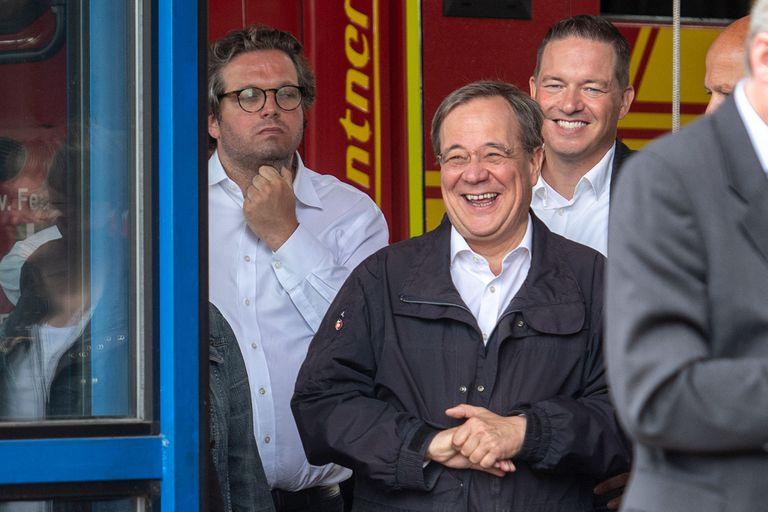 El primer ministro del estado de Renania del Norte-Westfalia, líder de la Unión Demócrata Cristiana (CDU) y candidato de la CDU a la Cancillería Armin Laschet (centro) rie mientras el presidente alemán pronuncia un discurso después de que visitaron el centro de control de incendios y rescate de Rhein-Erft y en Erftstadt, en el oeste de Alemania