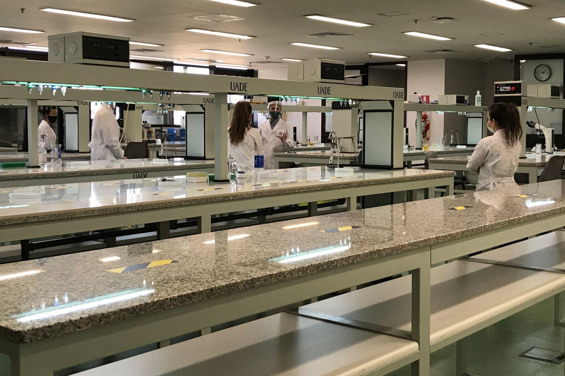 UADE reinicia prácticas en laboratorios y talleres en su Campus de la Ciudad de Buenos Aires.