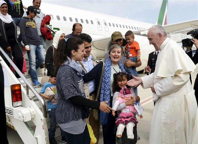 Al regresar a Roma, Francisco le da la bienvenida al grupo de refugiados sirios que llevó desde Lesbos para vivir en el Vaticano