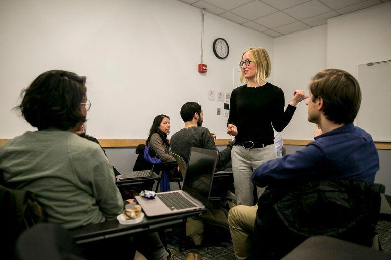 Laura Norén dicta un curso de ética en la ciencia de datos en la Universidad de Nueva York; varios centros académicos sumaron materias de este tipo a sus carreras en ciencias de la computación