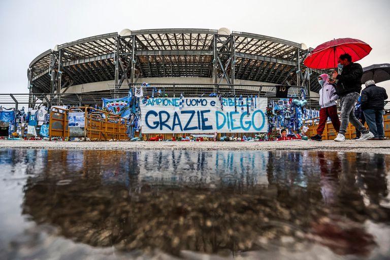 """""""Gracias Diego"""", se lee en una de las banderas ubicadas en homenaje a Maradona en el San Paolo"""