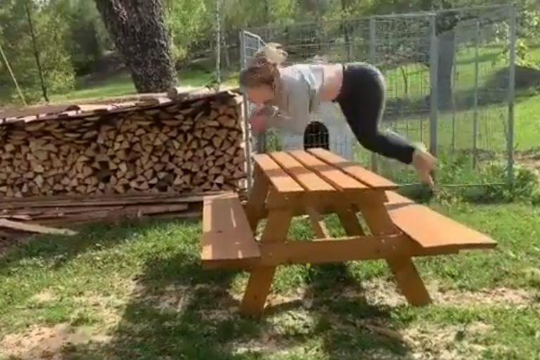 La noruega realiza saltos en cuatro patas como si fuera un caballo