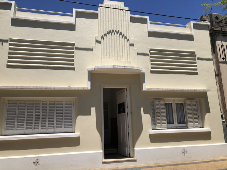 Fachada art déco de una vivienda en Alberti