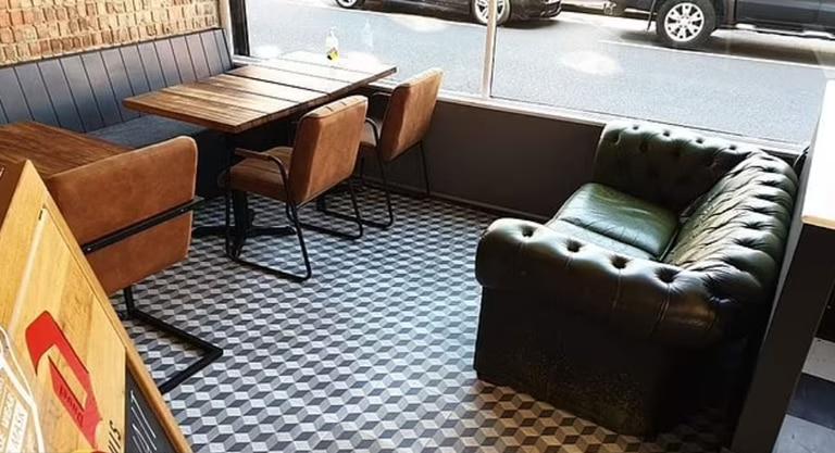 El sofá de Huis del cual fue sacado el perro cuyos dueños se quejaron en internet