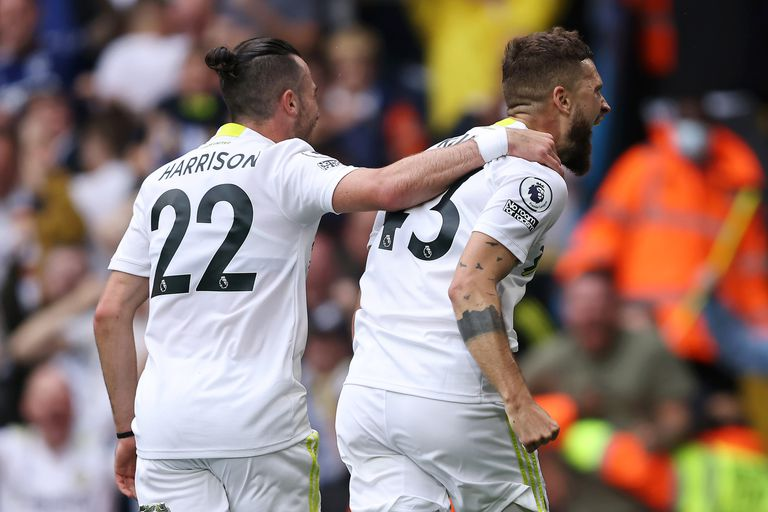 El polaco Mateusz Klich, de Leeds United, celebra con su compañero de equipo Jack Harrison después de anotar el primer gol de su equipo ante Everton, en Elland Road