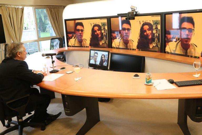Una de las videollamadas que realizó Alberto Fernández desde el sistema de telepresencia de Cisco instalado en la residencia de Olivos