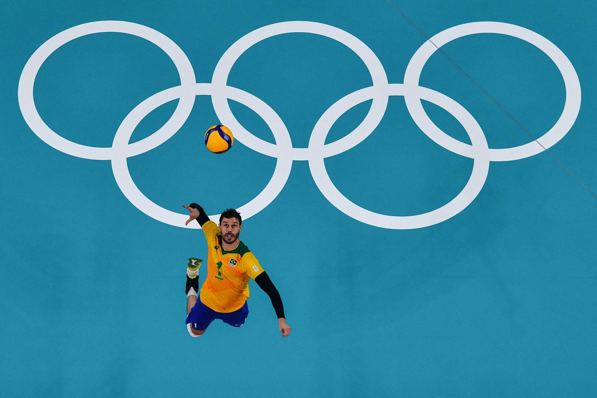 Bruno Rezende de Brasil participa en el partido de voleibol de la ronda preliminar masculina del grupo B entre Brasil y Túnez durante los Juegos Olímpicos de Tokio 2020 en el Ariake Arena de Tokio el 24 de julio de 2021