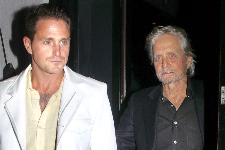 Michael Douglas y su hijo, al salir de una cena días atrás