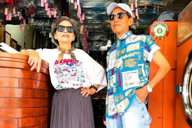 Los dueños de la lavandería taiwanesa se convirtieron en influencers posando con ropa olvidada en su comercio