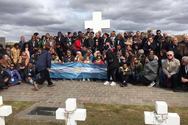 Con aval de los isleños, los familiares desplegaron hoy la insignia en el cementerio de Darwin