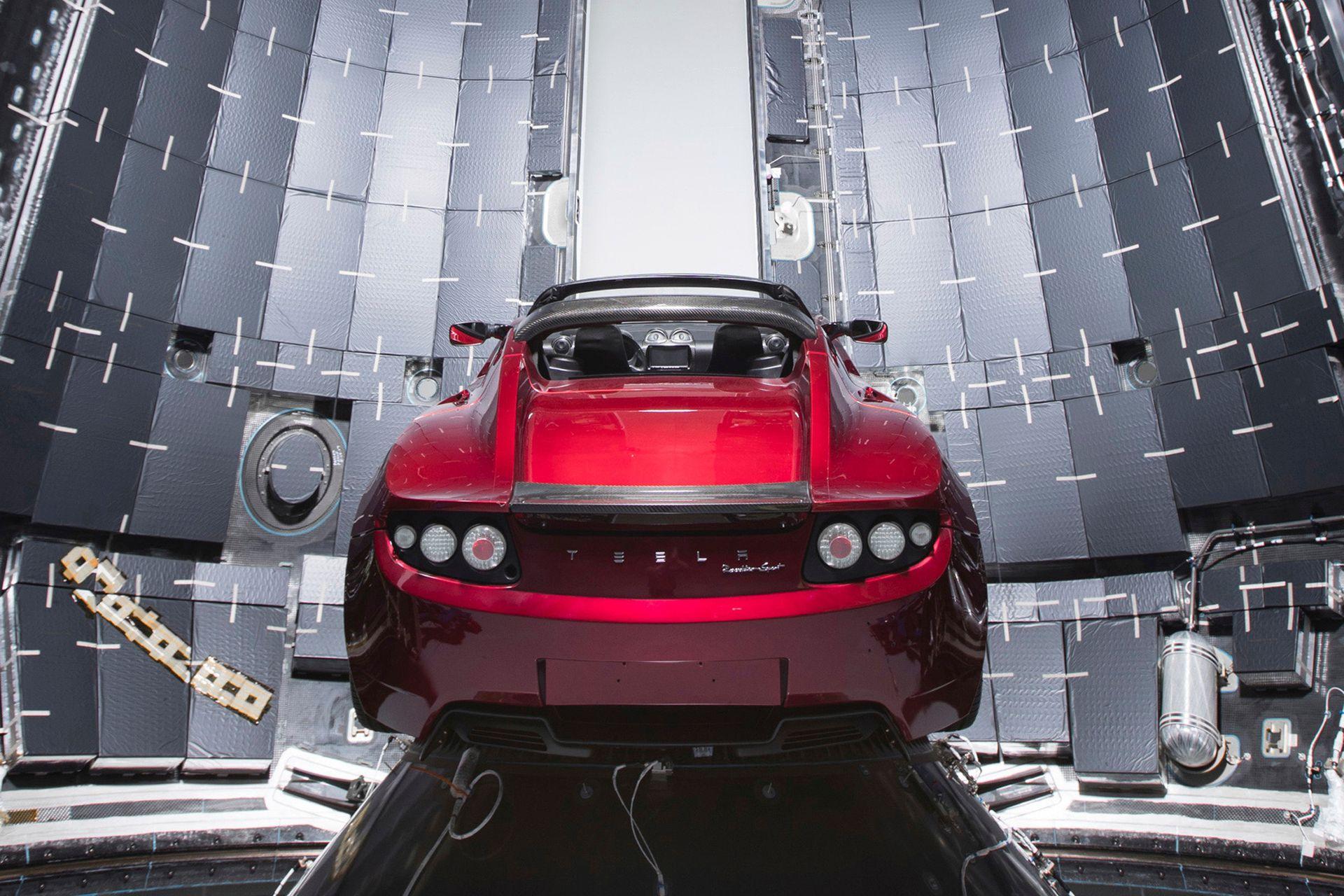 El auto Tesla Roadster, de la compañía Tesla de Elon Musk