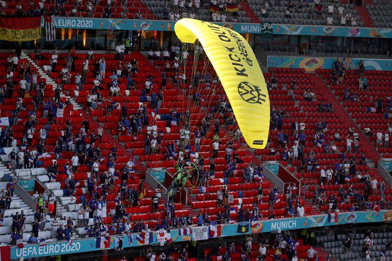 Un parapentista de la organización ecologista Greenpeace ingresa al estadio Allianz Arena de Munich antes del partido de UEFA Euro 2020 entre Francia y Alemania.