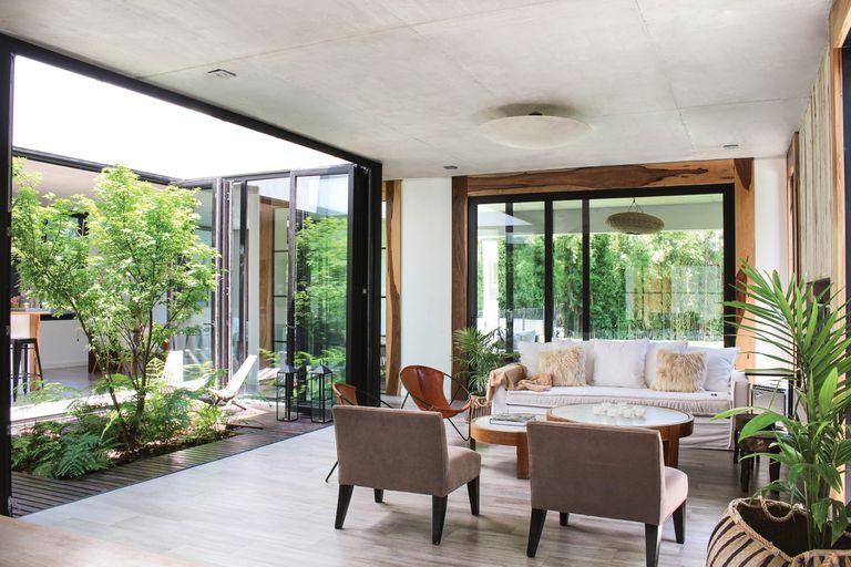 Con un fabuloso patio central, esta casa propone una convivencia real con el verde
