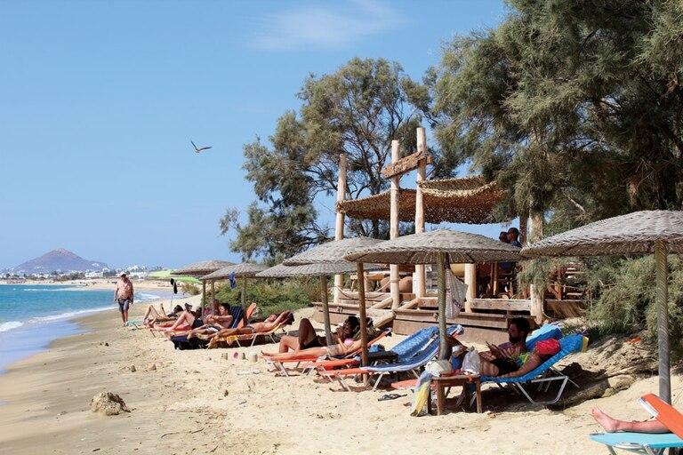 Earth Bar es un chiringuito en medio de las playas más alejadas de Naxos. Clave para un minidescanso de la caminata playera y recargar energías con una buena limonada.