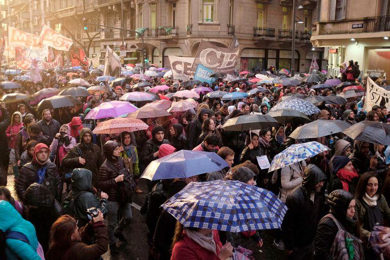 Si bien la lluvia hizo que por momento la gente se dispersara, a penas aflojaba la intensidad volvían a integrarse a la marcha hacia la Plaza de Mayo