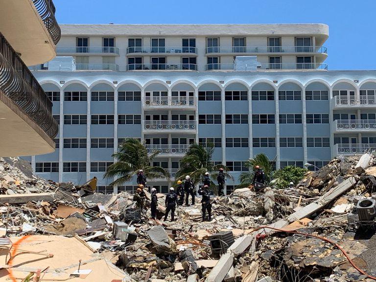 El equipo de la Agencia Federal de Gestión de Emergencias (FEMA) trabaja en conjunto con el cuerpo de bomberos rescatistas de Miami Dade y otros voluntarios para retirar los escombros del edificio colapsado en Surfside en búsqueda de sobrevivientes