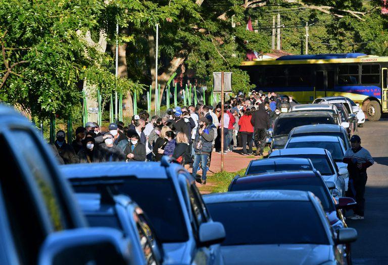 Colas en las veredas, pero también largas filas de autos a la espera del turno para vacunarse
