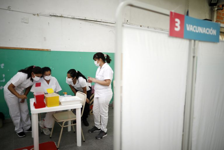 En esta foto de archivo del 18 de febrero de 2021, enfermeras leen instrucciones sobre cómo administrar la vacuna Sputnik V contra COVID-19 en una escuela pública de Bernal, en las afueras de Buenos Aires, Argentina