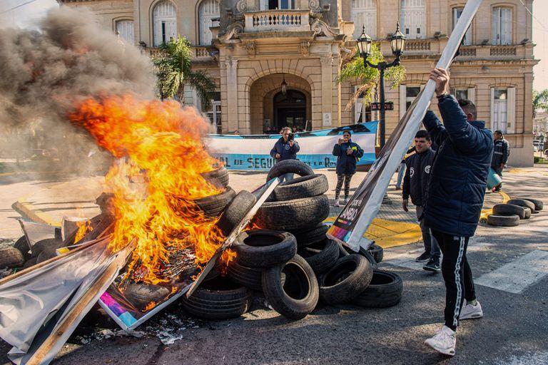 Quema de carteles de Juntos por el Cambio en la ciudad de Campana