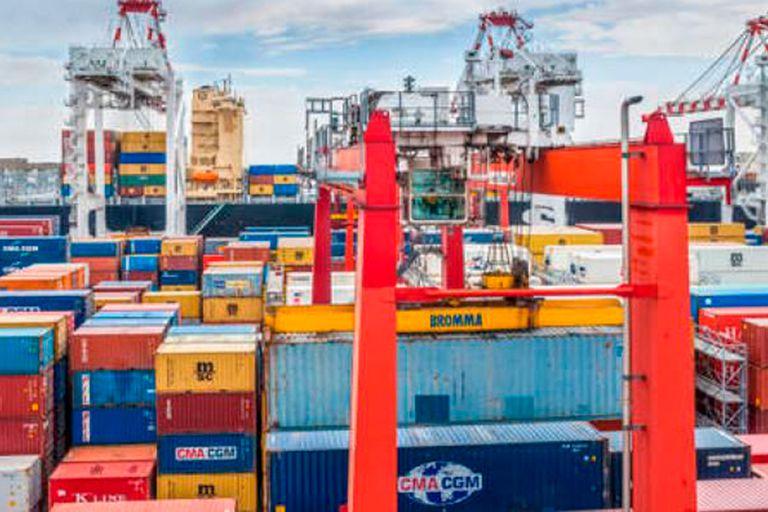Los contenedores escasean a nivel global producto de las demoras en los puertos para liberar la mercadería