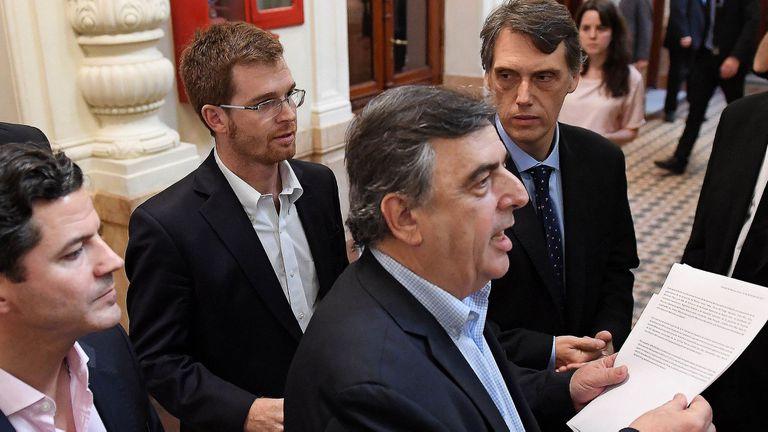 El jefe del interbloque Cambiemos, Mario Negri, acompañado por Luciano Laspina y Nicolás Massot ayer, tras la reunión con gobernadores