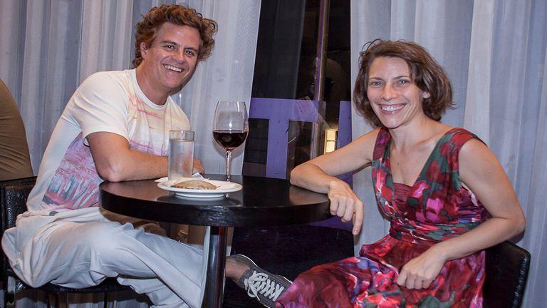 Después del teatro, algo para picar... Mike Amigorena y Elena Roger son algunos de los famosos que fueron a ver la obra La Momia y después intercambiaron ideas en una mesa