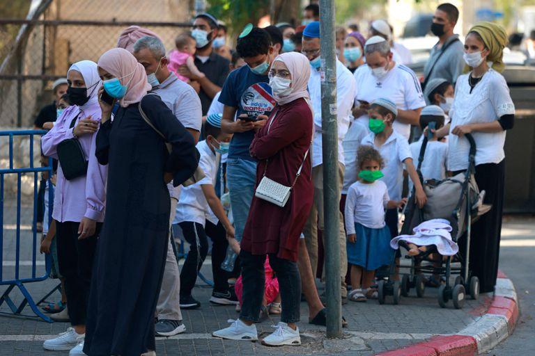 Filas para testeos de coronavirus en Jerusalén (Photo by MENAHEM KAHANA / AFP)