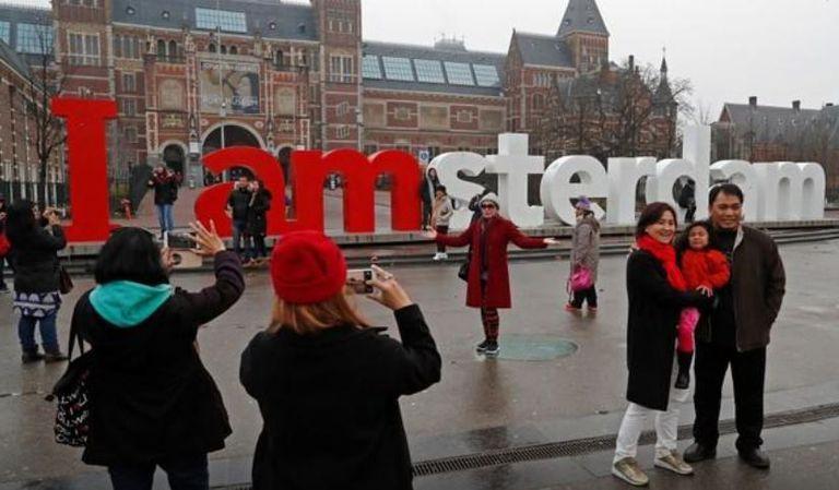 Las antiguas letras que formaban las frase I amsterdam (con juego de palabras) estaban en la plaza frente al Rijksmuseum y fueron removidas por ser símbolo del sobreturismo