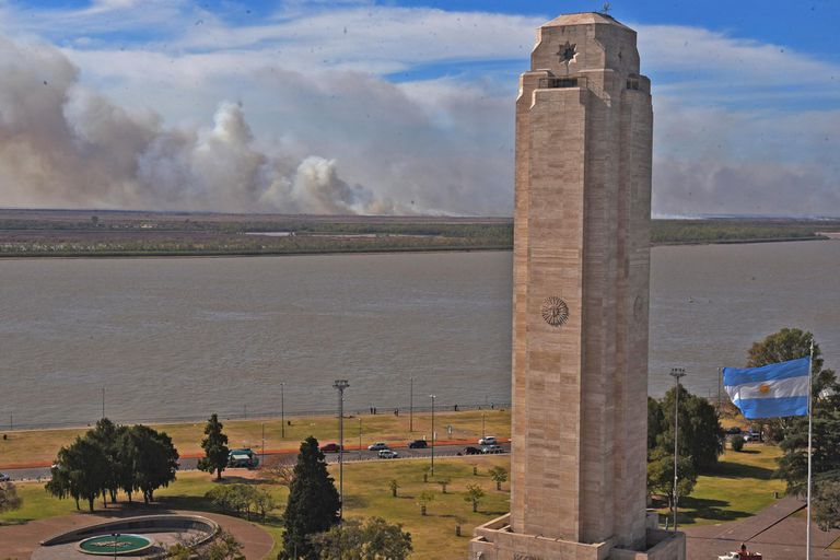 Despliegan fuerzas nacionales en las islas frente a Rosario ante el avance de las quemas de pastizales