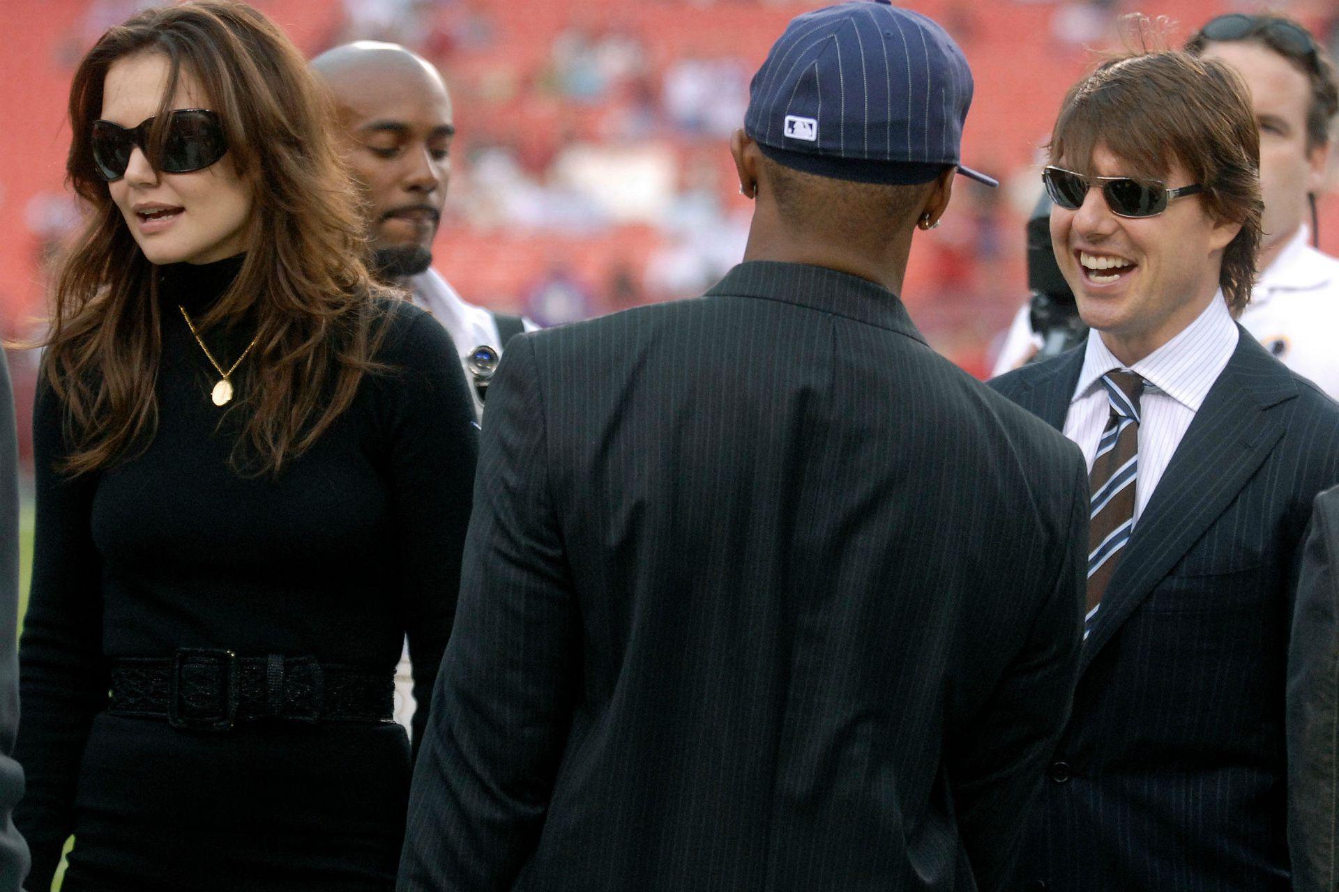 Katie en 2006, ya junto a Tom Cruise, compartiendo un evento deportivo con un amigo de la pareja: nada menos que Jamie Foxx