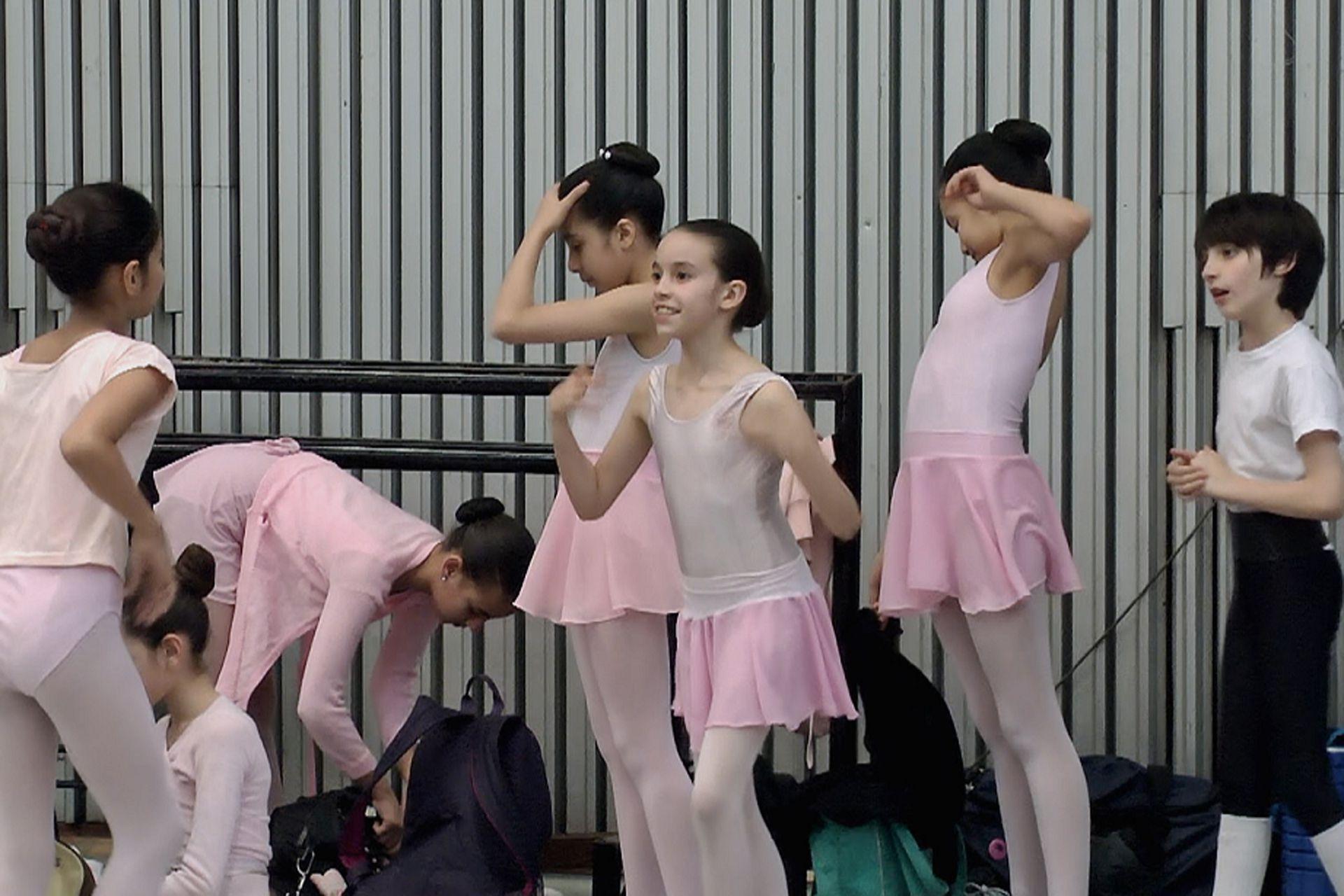Alumnos del primer año de la escuela en un alto de los ensayos en las salas del Teatro Colón antes de la función de fin de año