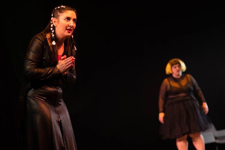 Mariela Asensio y Maruja Bustamante en La casa oscura