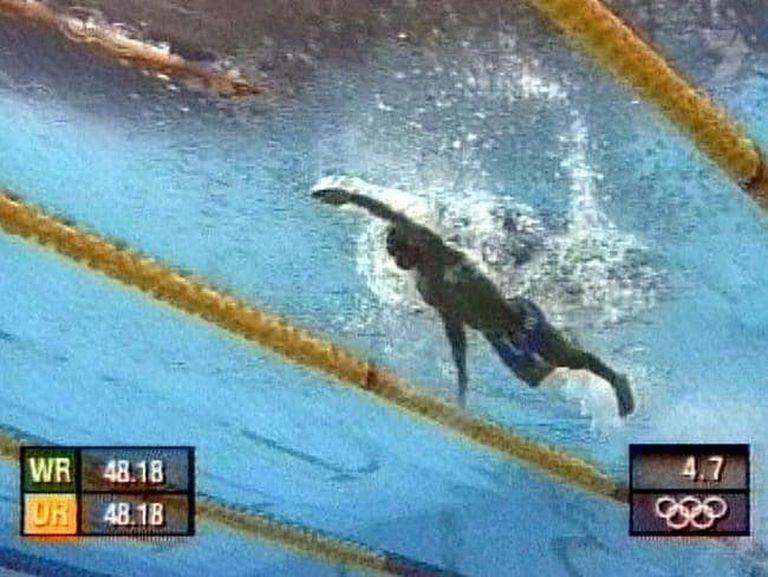 """""""Era raro ver las cámaras abajo del agua"""", confesó Moussambani, que por primera vez competía en una piscina de 50 metros"""
