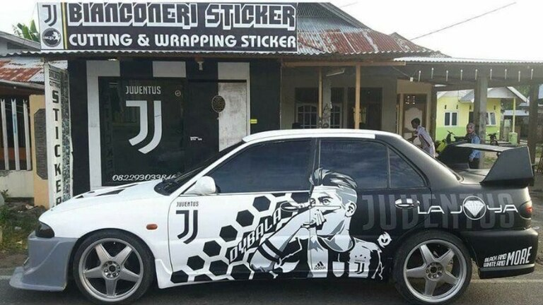 El auto de la Juve ploteado con el rostro de Paulo Dybala