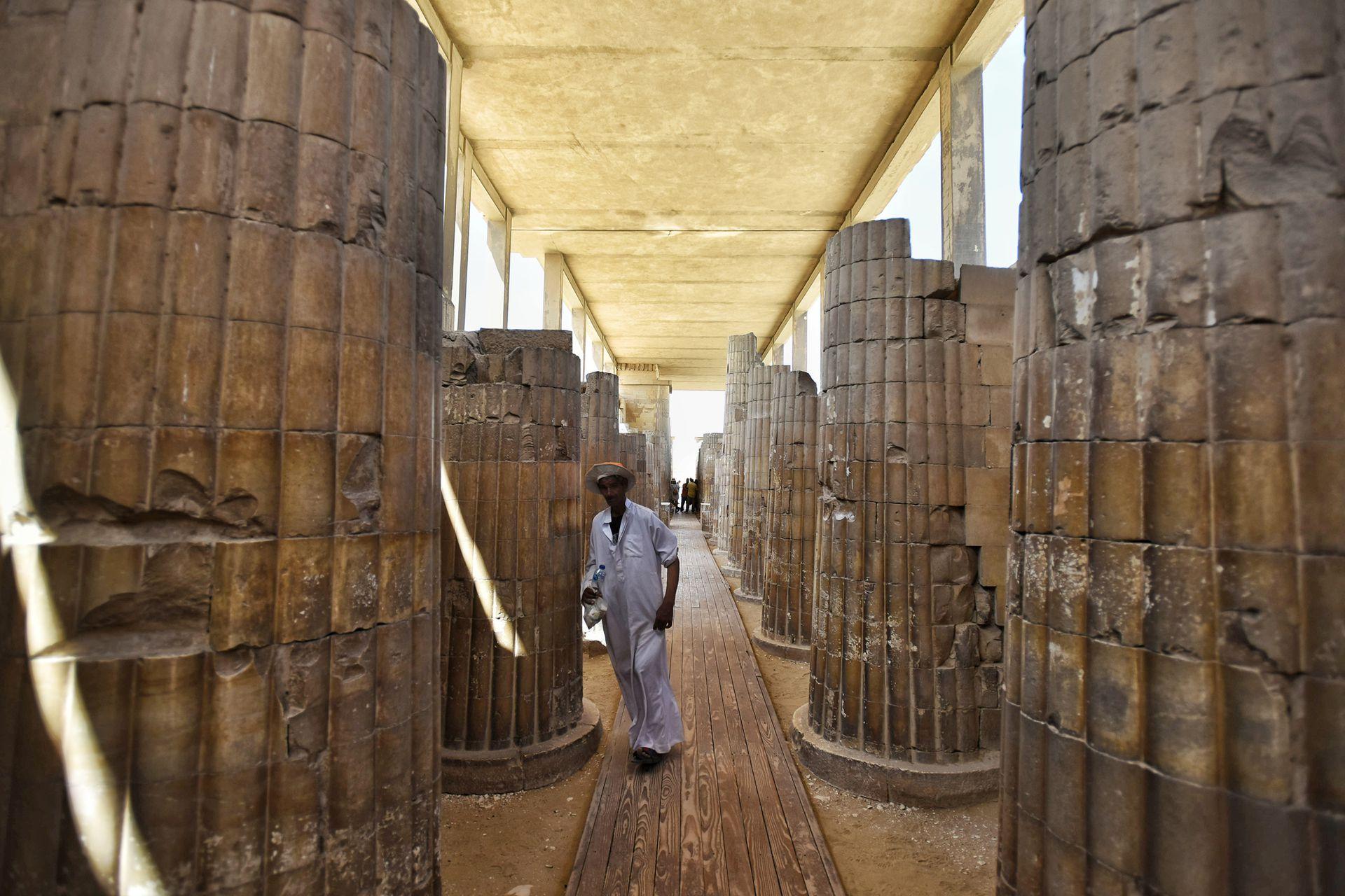 Vista del corredor de columnas techado que conduce al complejo del cementerio sur del rey Djoser
