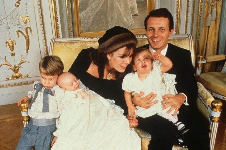 Momento feliz: la princesa junto a su marido, Stéfano Casiraghi y sus tres hijos, posando para una foto oficial