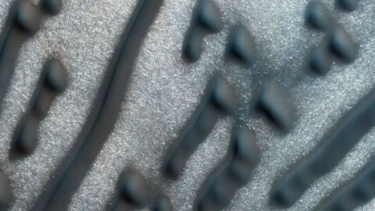 Imagen detallada de los puntos y líneas en la región cerca del polo norte marciano