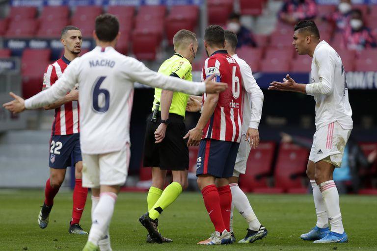 Nacho y Casemiro se quejan de un fallo de Hernández Hernández en el clásico entre Atlético y Real Madrid