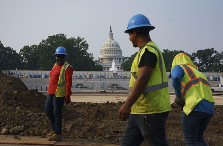 Trabajadores realizan trabajos en un parque en Washington, 21 de julio de 2021. Ocho de cada 10 estadounidenses apoyan el aumento de fondos para caminos, puentes, puertos y cañerías de agua, según una encuesta de AP-NORC. (AP Foto/J. Scott Applewhite)