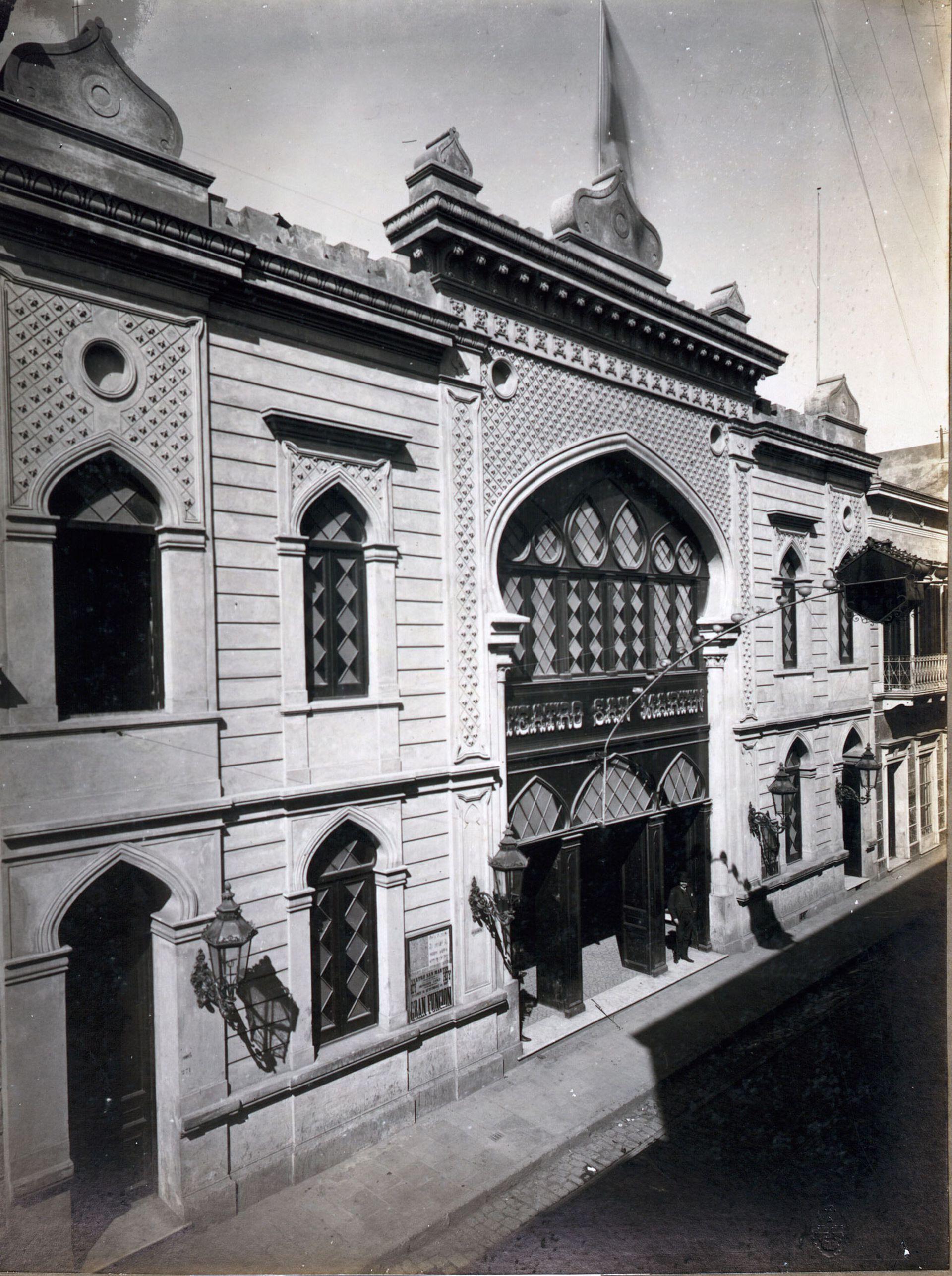 El primer teatro San Martín, no estaba sobre Av. Corrientes, sino en Esmeralda al 200.
