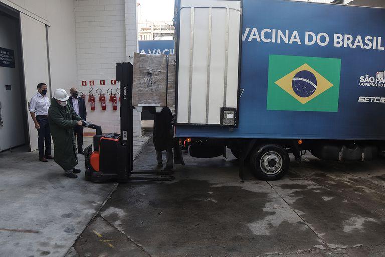 El gobernador de Sao Paulo, Joao Doria, observa a trabajadores cargando un vehículo con dosis de la vacuna CoronaVac desarrollada por el laboratorio chino Sinovac en la planta del Instituto Butantan