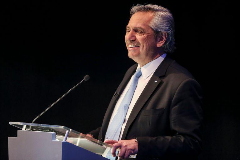 Alberto Fernández sonríe por un comentario del público en el corte
