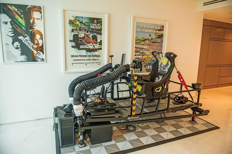 El escritorio de Eva comparte espacio con un simulador de carrera donde Pablo pasa horas entrenando.